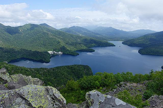 画像: 実際には90分ほどで到着した山頂付近から眺めた然別湖です。天気もよく美しい風景が広がります。
