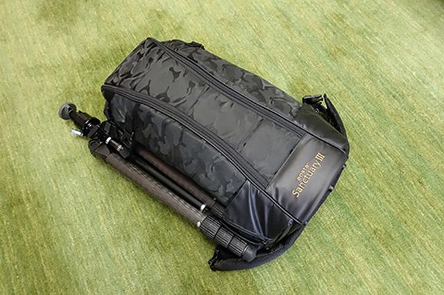 画像: カメラバッグのサイドに三脚カーボンマスター 924 PRO N 脚+バル自由雲台を装着した全重量は約10.5kgとさすがに10kgを越えました。