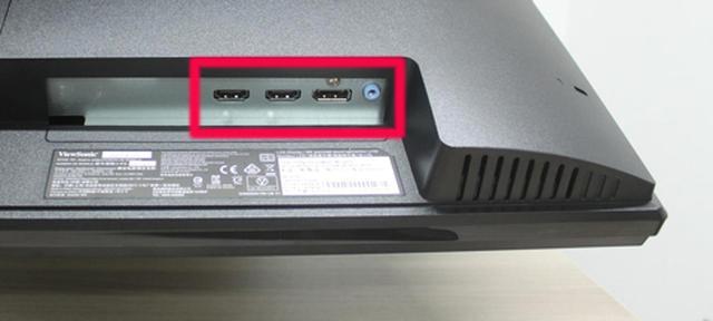 画像: 3系統の映像入力端子は本体背面右側に集中している。コネクタは下向きに配置されているので、壁に寄せて設置するときもケーブルが邪魔にならない。右端のミニプラグはヘッドホン出力だ。