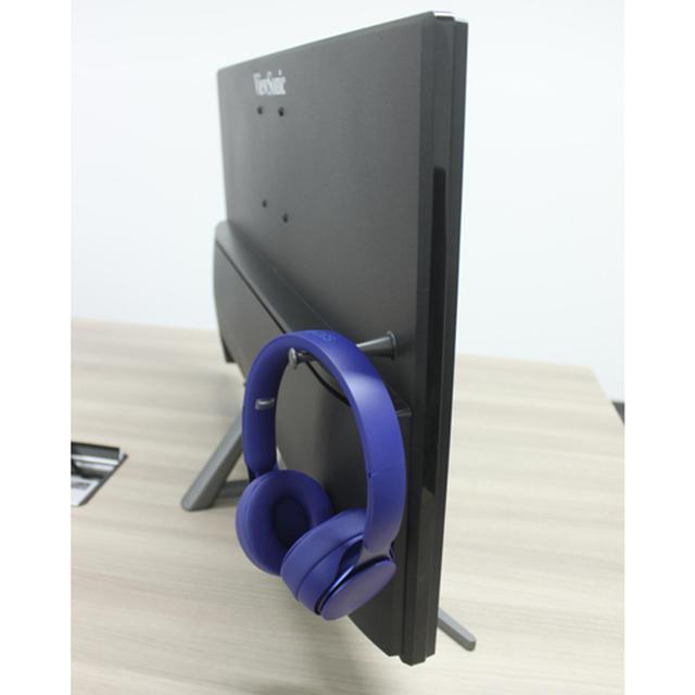 画像: 背面側にはヘッドホンやヘッドセットなどを掛けられるフックを用意。