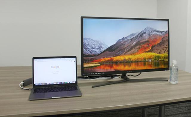 画像: ノートPC(Macbook Pro 13inch:左)にViewSonicの「VX3211-4K-MHD-7」をHDMIで接続したところ。画面の大きさがよく分かる。