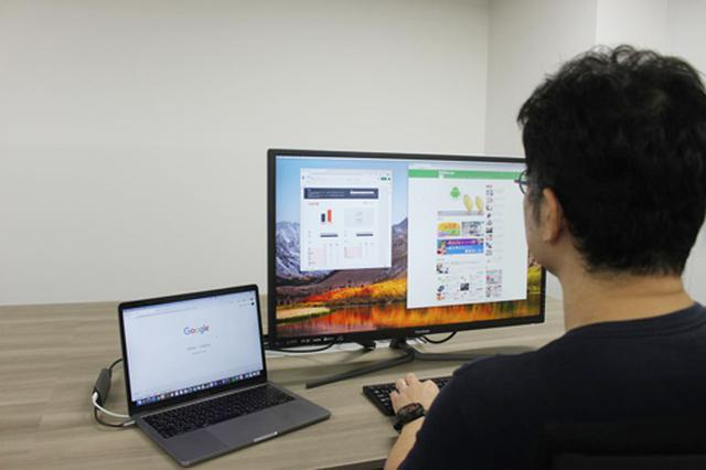 画像: 外部ディスプレイを拡張領域として利用した例。二枚のディスプレイは仮想的に繋がっていて、外部ディスプレイの左端にマウスポインタを動かせば本体ディスプレイ側へと移動する。キーボードは好みで、内蔵キーボードも外部キーボードもどちらでも使える。