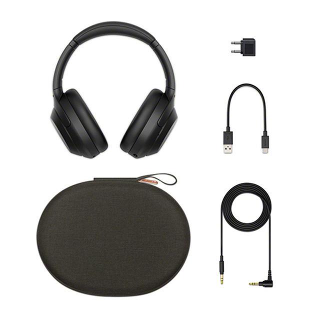 画像: WH-1000XM4の付属品一式。充電用USBケーブルのほか、有線接続ケーブルも付属。