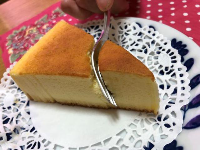 画像: フォークがすーっと入るしっとり食感のふんわりチーズケーキ