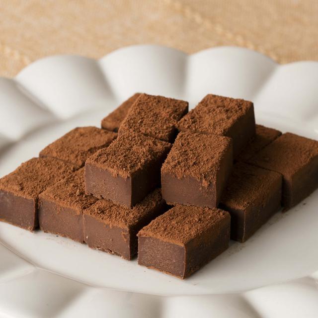 画像: 糖質88%カットのとろけるショコラ 生チョコ風 価格 572円 (税込) 1箱当たり(25個入り)エネルギー366kcal、糖質5.6g www.chateraise.co.jp