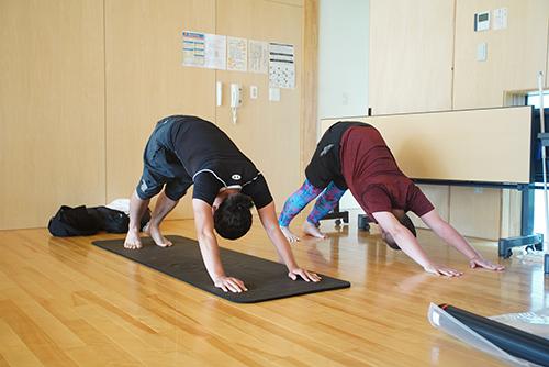 画像: 斉藤先生に比べて、身体が上手に伸ばせていません。今後も身体の柔軟性のためにのんびりと続けていこうと思っています。(写真撮影:松岡美雪)