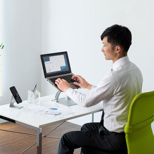 画像: ノートパソコンスタンドは、価格も安くビギナー向き。ただし、デスクスペースを大きく占有するため、パソコンを使わない仕事も多く抱えている場合には不向きだろう。 www.sanwa.co.jp