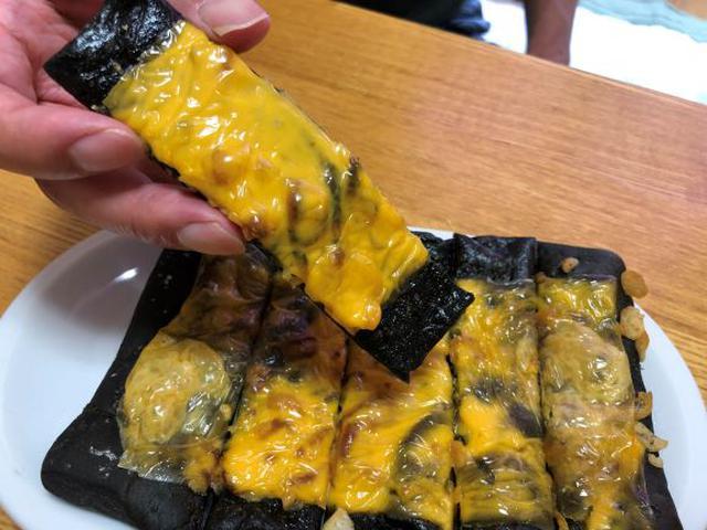 画像: スライスチーズをのせてトースターで焼き、食べやすいサイズにカット。ピザ感覚で食べても美味しい♪