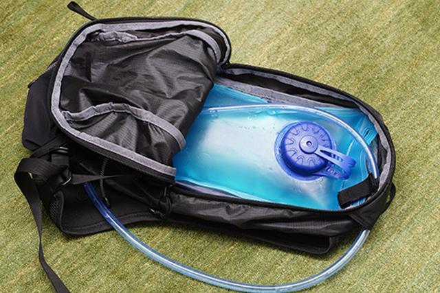 画像: フリューイッドベストパック 10に装着。思った以上にしっかり保持されて安心!