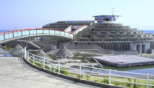 画像: 人工磯「千年磯」のある潮だまりプールで水遊びができる www.kamogawaocean-park.com