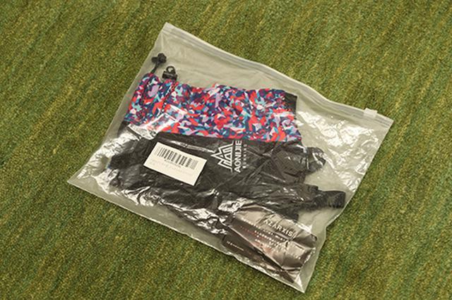 画像: ジッパー付きのビニールに梱包されてきたAzarxis ゲイター。