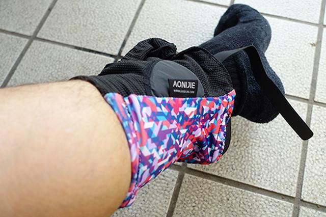 画像: シューズを履く前に、足首にゲイターを通します。小さなフックがついている方が前です。先にシューズを履いてしまうと面倒なことになります。