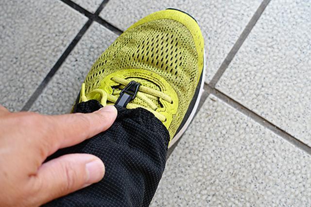 画像: ゲイターの前部分に用意されたフックをシューレースに引っ掛けて固定します。
