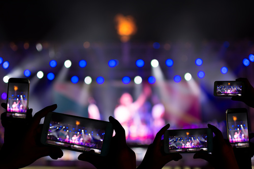 画像: バーチャルである利点を最大限に活かした配信ライブが求められている(写真はイメージ/Adobe Stock)