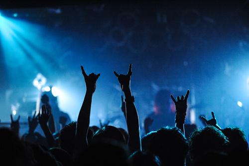 画像: 配信ライブとは、オンライン上のストリーミングサービスなどを通して視聴する音楽ライブの形態のこと(写真はイメージ/Adobe Stock)