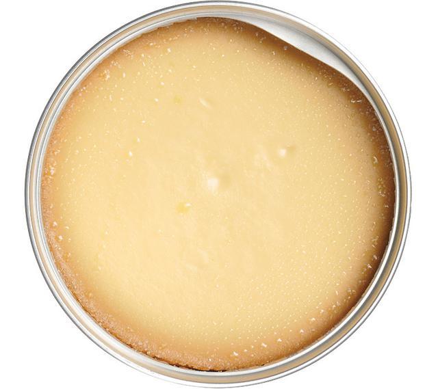 画像: 缶内いっぱいに広がるチーズケーキの海。150グラム入りで、大人二人でも満足できる量だ。