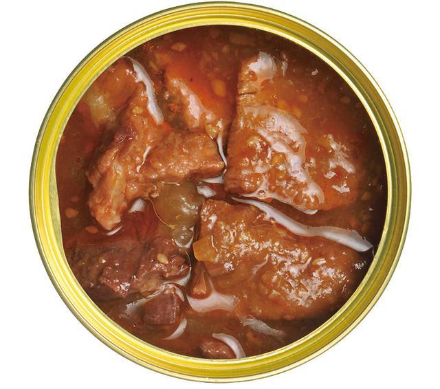 画像: フタを開けた瞬間に炸裂するガーリック&唐辛子の匂い。くじら肉はどれも大きく、箸上げするとずっしりくるほど。