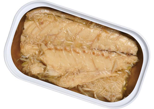 画像: フィレ状にして収めるのは欧米のサバ缶でスタンダードな手法。身を油ごと細かくほぐせば、それだけでおいしいディップになる。