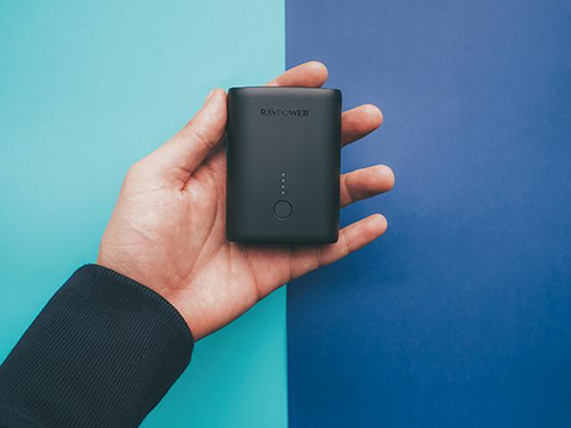 画像: カードサイズながら容量十分で急速充電のモバイルバッテリー