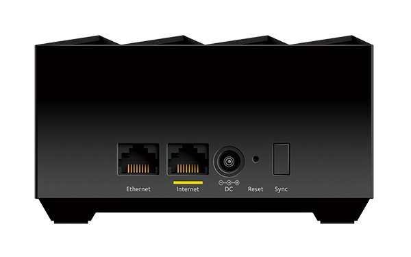 画像: ルーターの背面。光回線の宅内機器と接続するためのINTERNET端子と、LAN端子を装備。
