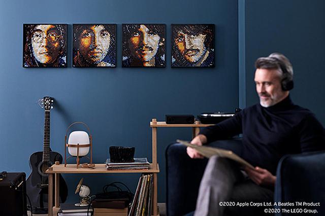 画像: ビートルズ後期の名盤「ホワイトアルバム」のメンバーポートレートを再現。
