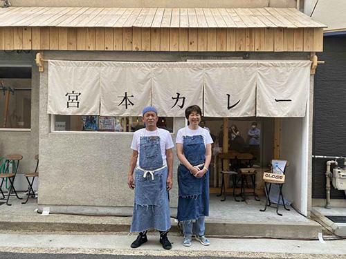 画像: 阪急嵐山線「上桂駅」の目の前に立地。木の温もり溢れるお店は「宮本カレー」の大きな暖簾が目印です
