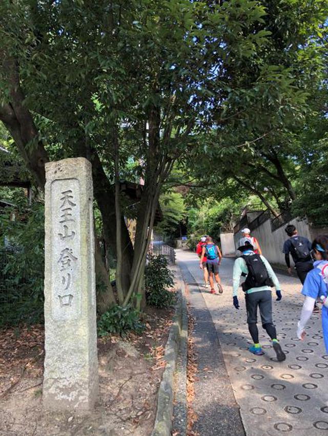 画像: 最初から急な登り坂。もちろん、走らずに歩きました