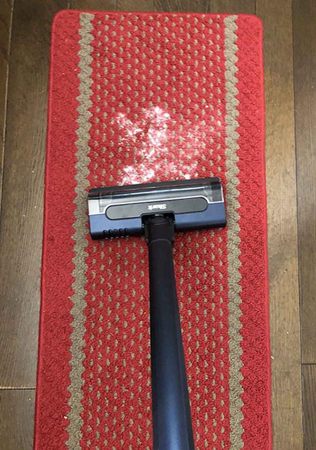 画像: キッチンマットに撒いた重曹が……