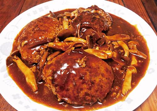 画像: 合いびき肉から作った煮込みハンバーグ。炒め機能を搭載しているので、フライパンなどで焼き色を付けることなく、本機だけで調理できる。