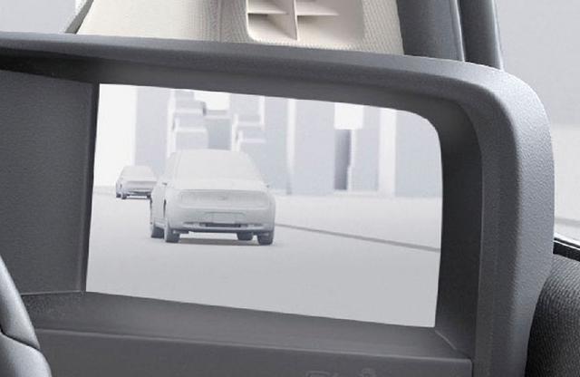 画像: 全車標準のサイドカメラミラーシステムは、車幅内に収まるコンパクトサイズ。車内のモニターで雨天時でもしっかり確認できる。
