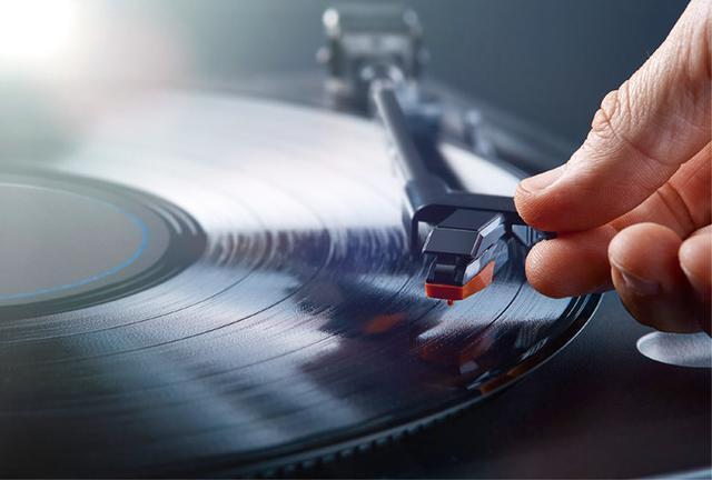 画像: レコード盤の音溝に静かに針を落とし、アナログでカッティング(記録)された音楽情報を再生する。