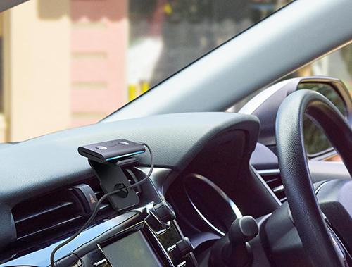 画像: スマートフォンやカーオーディオと接続し、車内でもAlexaが使えるEcho Auto。 amazon-press.jp