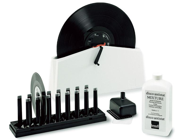 画像: ハンドルでレコードを回転させれば、洗浄液とブラシによりクリーニングが完了する。