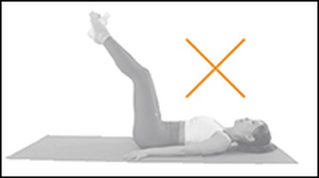 画像: <NG!> ひざを曲げながら脚を上げると、おなかへの負荷がかからなくなるので注意