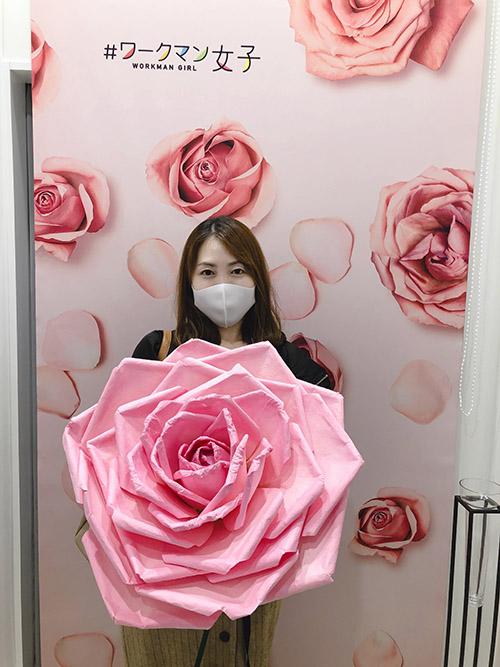 画像: カメラに薔薇を近づけると「小顔効果」が得られるのだとか。うん。少し小顔かも(笑)