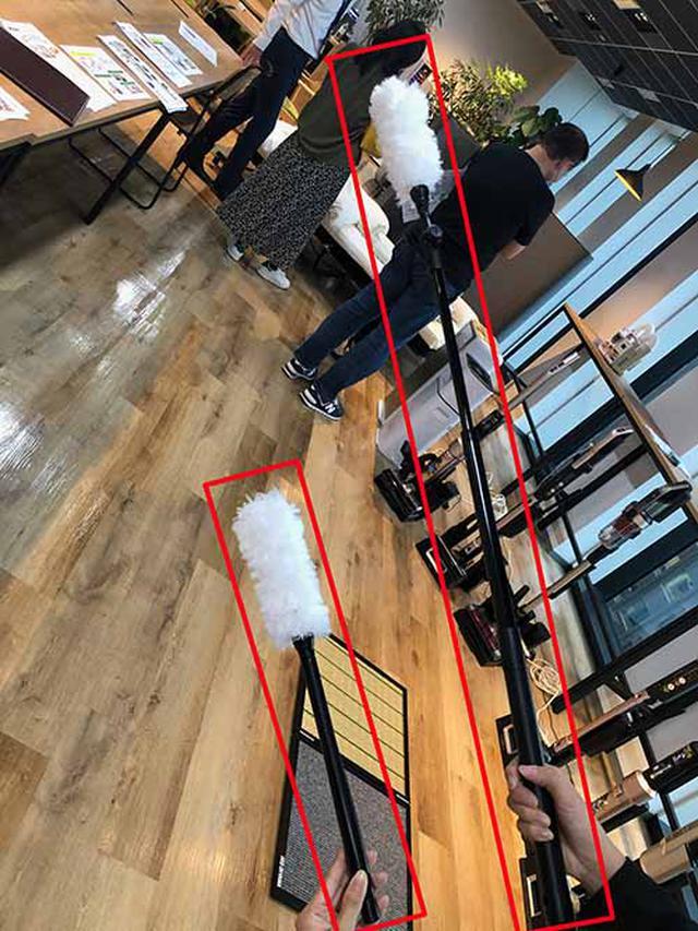 画像: 右が進化した静電モップ。自撮り棒のように伸びる。