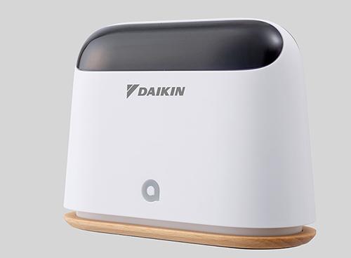 画像: Beside。搭載されたセンサーとクラウド情報から、「温度」「湿度」「照度」「CO2」「天気」の情報を取得し分析します。専用アプリから、7段階の快適度をフィードバックすることでAIがユーザーの好みの快適さを学習しエアコンを自動制御します。 www.daikin-launch.jp