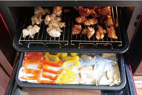 画像: 2段のトレーにたっぷりの食材を乗せてまとめて調理することが可能。最大8人分のおかずを一度に調理できる。