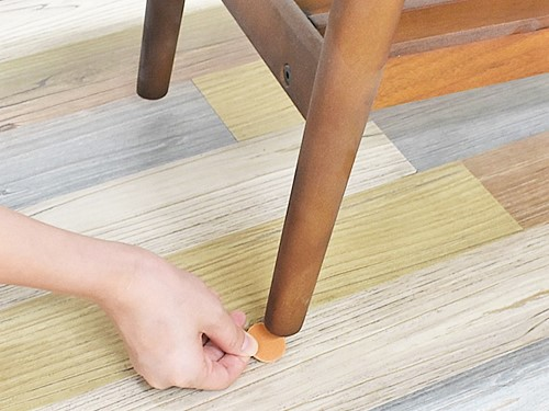 画像: 家具の下に貼りつけるだけ!