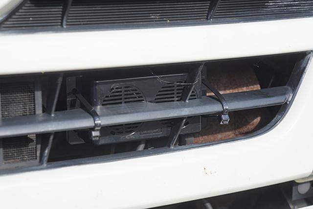 画像: フロントグリルの裏側に設置した新型鹿ソニックのスピーカーユニットです。ユニットが軽量なので、設置する位置の自由度は高くなっています。