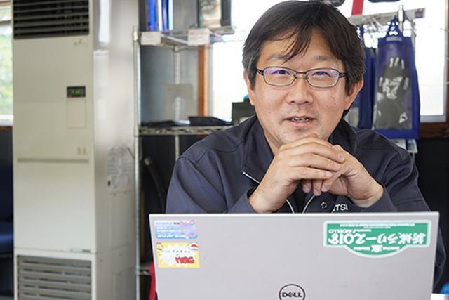 画像: 松倉さんは、資料を確認しながら丁寧に質問に答えてくれました。現在もご自身のクルマでも実証実験を続けているといいます。