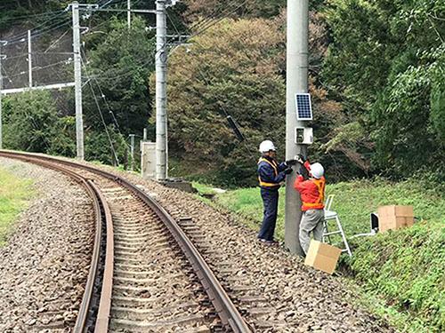 画像: 富士急行線に設置された鹿ソニック。鹿ソニック導入以前に比べて複合的な理由はあるが野生動物による事故は減っているといいます。