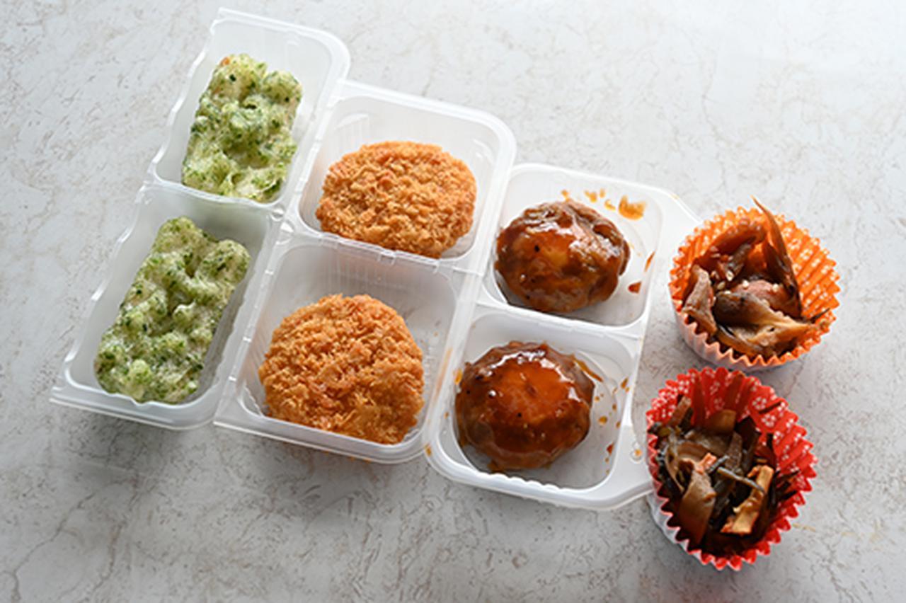 画像: 写真左から、ちくわの磯辺揚げ、黒豚ひとくちかつ、牛カルビマヨネーズ、六種の和総菜です。どれも小分けになっています。