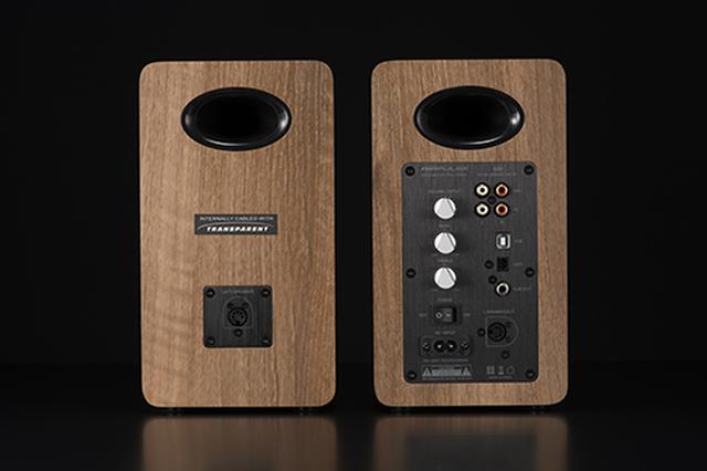 画像: AIRPULSE「A80」の背面。アンプを内蔵する右側には、アナログ入力、USB、光デジタル入力を装備。