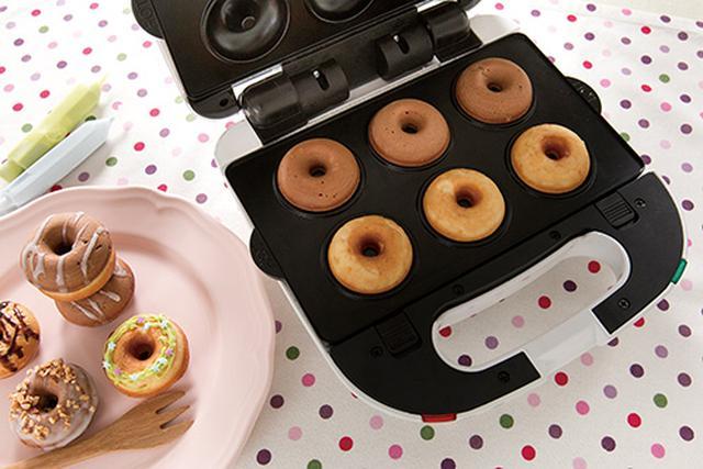 画像: ホットケーキミックスを使えば、焼きドーナツが手軽に作れるドーナツプレート。