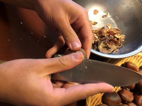 画像: 圧力鍋を使うと簡単に鬼皮と渋皮を剥くことができます