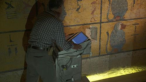 画像: 世界的なレーザー探査の第一人者、渡辺広勝氏がツタンカーメンの墓の壁画を探査する。
