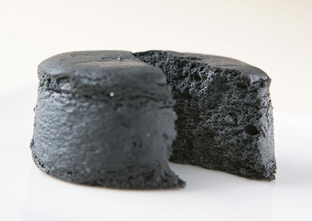 画像: 「シャリシャリ」とした竹炭の新食感がユニークな『黒まる』は、あっさりした味わい shop.senkien.jp
