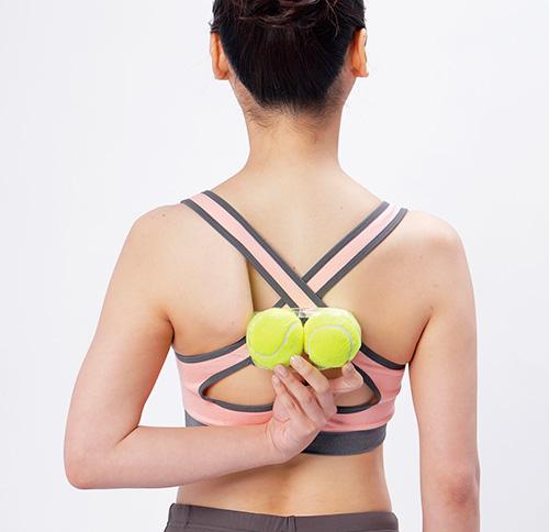 画像2: 肩甲骨のテニスボールストレッチのやり方
