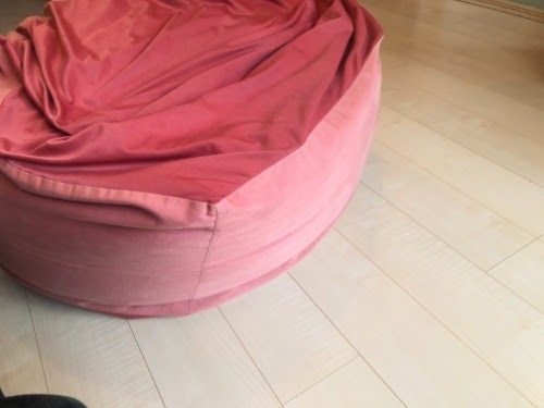 画像: 2つの生地が合わせってできたソファー